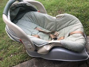 Green Graco Car Seat with Base for Sale in MONTGOMRY VLG, MD
