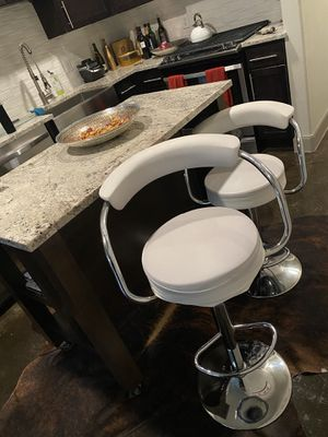 White leather swivel bar stools/chairs for Sale in Houston, TX