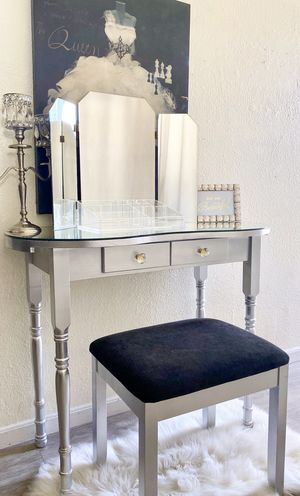 Vanity Desk & Mirror + Vanity Stool+ Acrylic Makeup Organizer for Sale in Norwalk, CA
