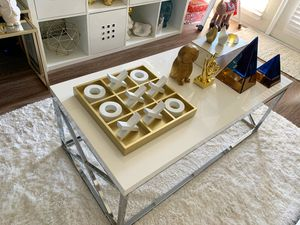 White coffee table(Perfect size for a small apartment) for Sale in Orlando, FL