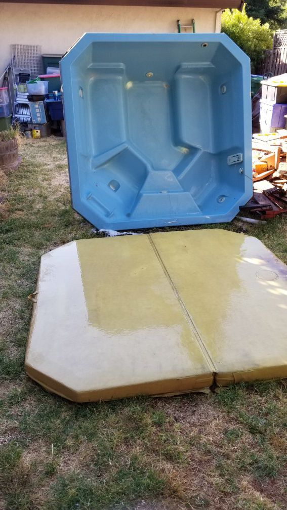 Free hot tub with cover / in San Ramon