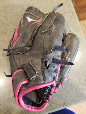 """11"""" Mizuno kids baseball glove broken in for Sale in Downey, CA"""