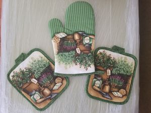 Country Chic Pot Holder & Oven Mitt Set for Sale in Los Angeles, CA