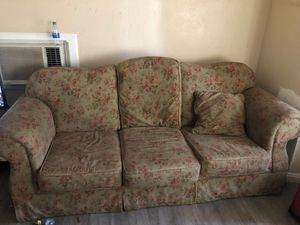 Beautiful floral couch (make me an offer) for Sale in San Bernardino, CA