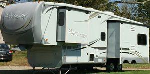 2O11 Trailer White Camper for Sale in San Bernardino, CA
