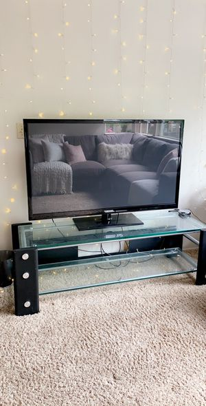 Samsung TV with TV table for Sale in Chico, CA