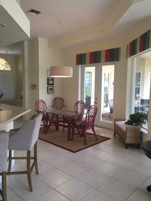Kitchen table w 4 chairs (Braxton Culler) rug for Sale in Naples, FL