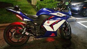 Motorcycle Kawasaki ninja 2011 250r for Sale in Newark, NJ