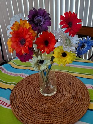 Pretty vase in excellent condition flowers not included for Sale in Chula Vista, CA