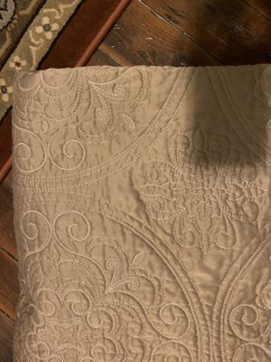 Full / Queen Comforter and pillow cases for Sale in Lawrence, MA