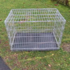 medium Dog carrier cage size 36 ins long and 22 ins wide by 24 1/2 ins High for Sale in Lake Stevens, WA