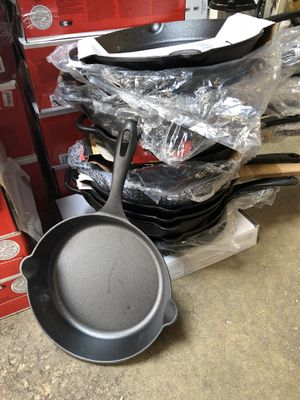 Cast iron skillets and Pyrex containers for Sale in Elk Grove Village, IL