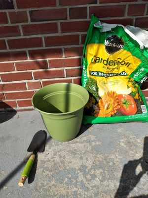 Flower pot 4 pics , sand in pack n one shovle for Sale in Quincy, MA