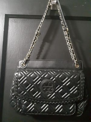 Black medium bag with gold chain for Sale in Baltimore, MD