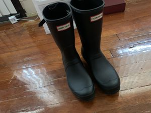 Size 8 hunter rain boots for Sale in Cleveland, OH