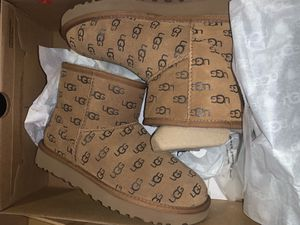 UGG Boots women's size 6 for Sale in Miami, FL