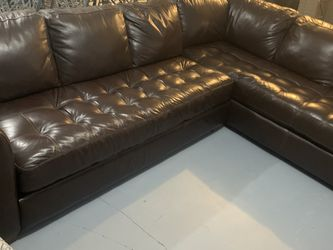 FREE DELIVERY! Leather sectional Raymour and Flanagan. Perfect Condition for Sale in Yorktown Heights,  NY