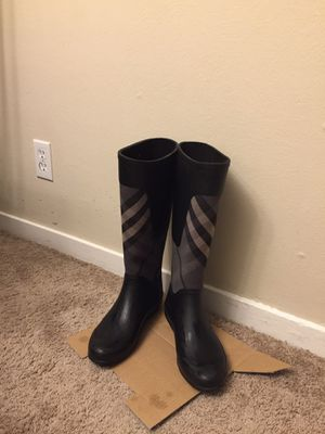 Burberry/ woman's size 7.5 for Sale in East Palo Alto, CA