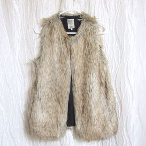 """Zara Trafulic Vest Faux Fur Tan Light Brown Black Size Medium True to size 30"""" shoulder to hem 18"""" pit to pit Full lined Great condition for Sale for sale  Cumming, GA"""