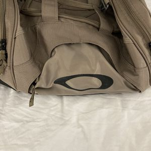 Big & Durable Tan Oakley Duffle Bag Paid $119 Slightly Used for Sale in Lombard, IL