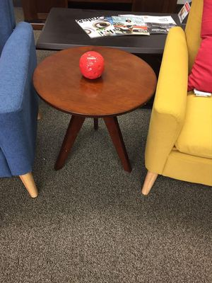 End Table, Cherry, D4003 for Sale in Santa Fe Springs, CA