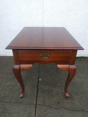 Broyhill end table for Sale in Snellville, GA