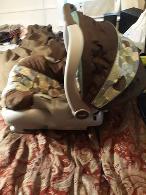 Baby car seat with base for Sale in Saint Ann, MO