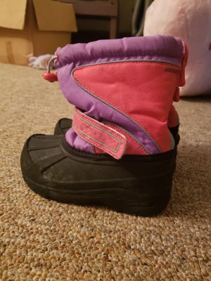 9/10 girls snow boots for Sale in Pen Argyl, PA