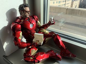 Hot toys MMS46D21 1/6th scale collectible figure markIV diecast for Sale in Washington,  DC