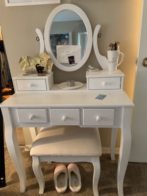 White vanity with mirror and stool for Sale in Boynton Beach, FL