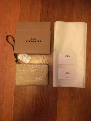 NWT Authentic Coach Wristlet w/ gift packaging 🎁 for Sale in San Francisco, CA
