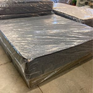 New king size memory foam mattress and box for Sale in Fort Worth, TX