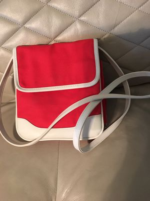 Used. Red/white shoulder bag lot of room . Has key chain holder inside for Sale in Lawrenceville, GA