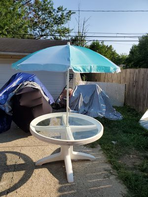 "48"" round patio table with umbrella for Sale in Lorain, OH"