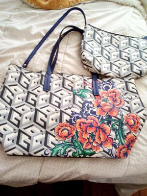 Guess purse large with makeup bag very clean. for Sale in Victorville, CA
