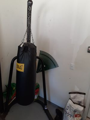 Everlast Punching bag and stand for Sale in Murfreesboro, TN