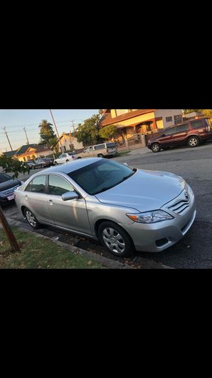 toyota camry LE año 2011 titulo salvage for Sale in Los Angeles, CA