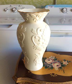 LENOX VASE BEAUTIFUL DETAILS LARGE GEORGIAN Embossed Ivory Porcelain 24k Gold Trim Flower Vase 5618 for Sale in Santee, CA