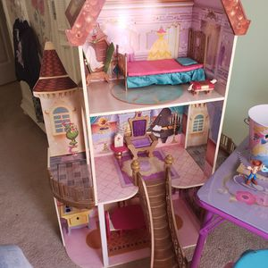 OFFICIAL DISNEY MEMORABILIA 3 STORY WOODEN DOLL HOUSE for Sale in Lithonia, GA