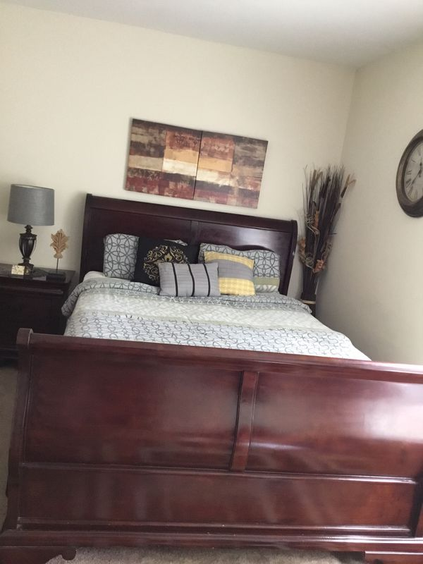 Queen 5 piece bedroom set includes (queen bed , 2 night stands, dresser, and mirror ) in good condition... mattress NOT INCLUDED and CASH ONLY please