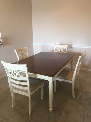 Rooms to Go dining table w/ leafs for Sale in Tampa, FL