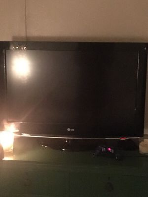 Lg flat screen and Apple TV (no remotes) for Sale in Los Angeles, CA