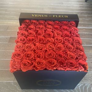 Venus le fleur Medium Red Rose Flower Box $500 VALUE for Sale in New York, NY