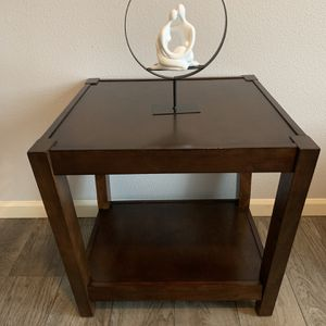"""Solid Wood (Tenley ) End Table !!! 24"""" X 24"""" 25"""" H for Sale in Vancouver, WA"""