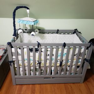 Baby crib with bottom drawer and comforter set for Sale in Pennsauken Township, NJ