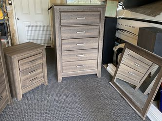Dresser And Nightstands Bedroom Set for Sale in Bremerton,  WA