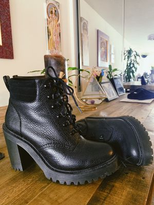 Dr Martens Persephone Fl padded collar boot with heel for Sale in West Hollywood, CA