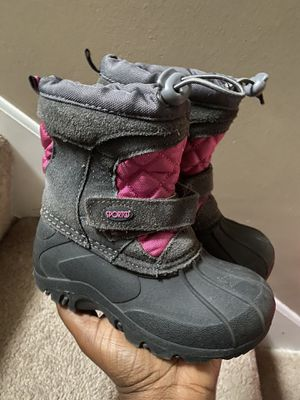 Size 9 toddler girls snow boots for Sale in Plymouth, MN