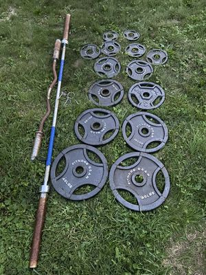 300 lbs Olympic weight set with barbell and ez curl bar for Sale in Aberdeen, MD