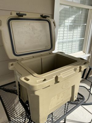 Polaris Grizzly Cooler 30qt for Sale in Menifee, CA